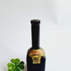 Coleccionismo de vinos y licores: BOTELLITA AKUAVIT NOGUERAS COMAS 40 C.C. 11.1CM BOTELLIN LLENO MINI BOTELLA MINIATURA. Lote 236362620
