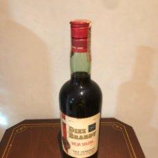 Coleccionismo de vinos y licores: BOTELLA DE BRANDY DIEZ HERMANOS, SELLO DE 4 PESETAS. Lote 237537250