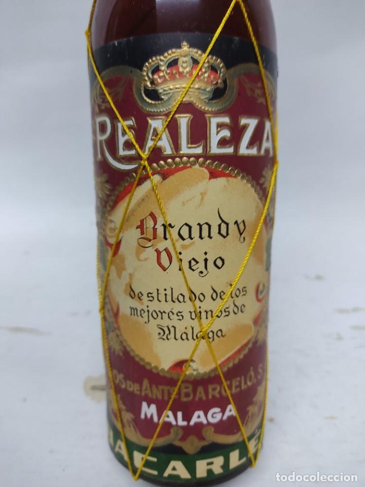 BOTELLA DE BRANDY VIEJO REALEZA .HIJOS DE ANTONIO BARCELO MALAGA.REALEZA BACARLES.80 CENTIMOS. (Coleccionismo - Botellas y Bebidas - Vinos, Licores y Aguardientes)