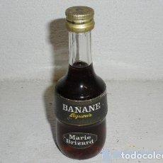 Coleccionismo de vinos y licores: ANTIGUA BOTELLA O BOTELLITA BANANE LIQUEUR - MARIE BRIZARD. Lote 244773070