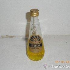 Coleccionismo de vinos y licores: ANTIGUA BOTELLA O BOTELLITA CURAÇAU - PORTUGAL. Lote 244774860