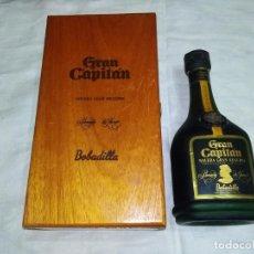Coleccionismo de vinos y licores: BOTELLA BRANDY GRAN CAPITÁN GRAN RESERVA PRODUCCIÓN LIMITADA EN CAJA MADERA CAOBA, BODEGAS BOBADILLA. Lote 260655940