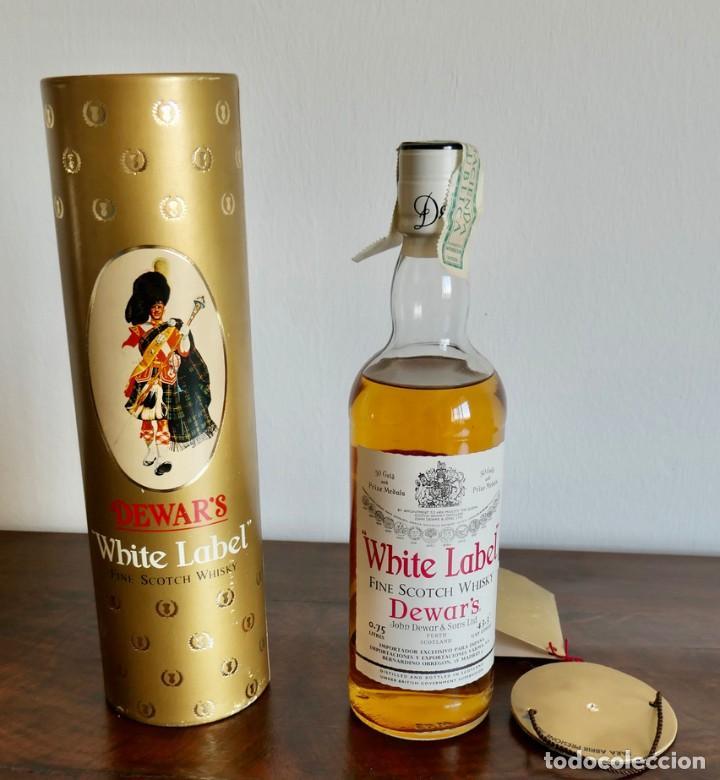 ANTIGUA BOTELLA- WHISKY DEWAR'S WHITE LABEL - EN FELICITACION1979- SIN ABRIR (Coleccionismo - Botellas y Bebidas - Vinos, Licores y Aguardientes)