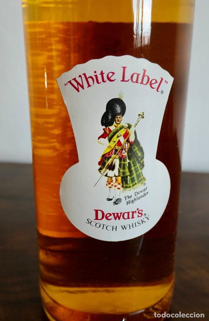 Coleccionismo de vinos y licores: ANTIGUA BOTELLA- Whisky Dewars White Label - EN FELICITACION1979- SIN ABRIR - Foto 5 - 261220555