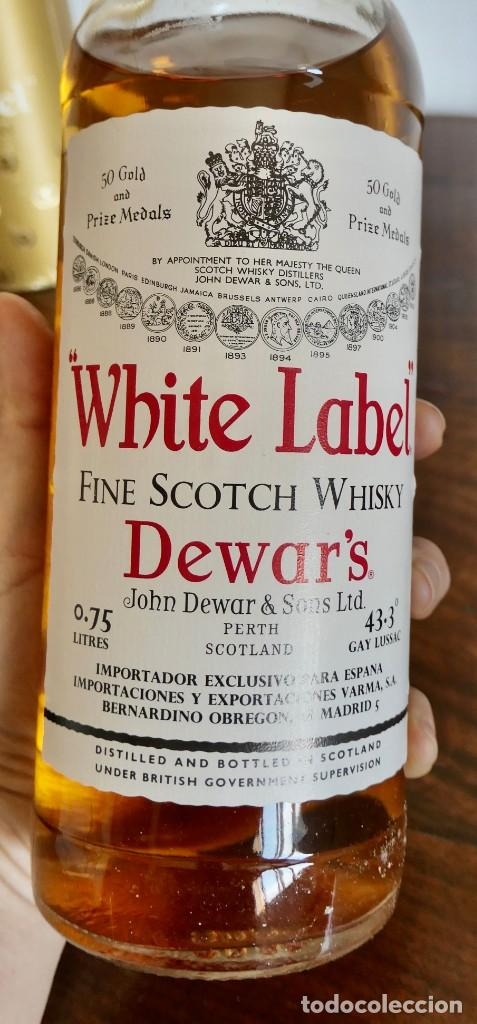 Coleccionismo de vinos y licores: ANTIGUA BOTELLA- Whisky Dewars White Label - EN FELICITACION1979- SIN ABRIR - Foto 7 - 261220555