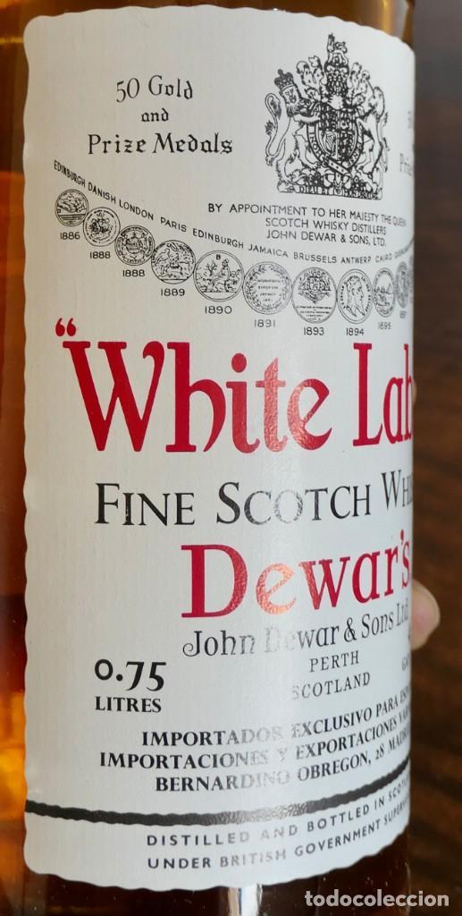 Coleccionismo de vinos y licores: ANTIGUA BOTELLA- Whisky Dewars White Label - EN FELICITACION1979- SIN ABRIR - Foto 8 - 261220555