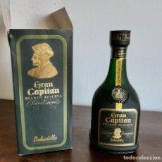 Coleccionismo de vinos y licores: ANTIGUA BOTELLA GRAN CAPITÁN BRANDY RESERVA SOLERA ESPECIAL- SIN ABRIR EN SU CAJA ORIGINAL. Lote 261245590