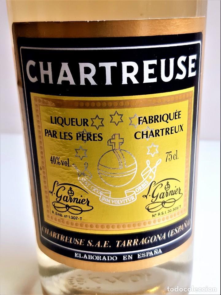 Coleccionismo de vinos y licores: BOTELLA ENTERA CHARTREUSE 75.CL 40%VOL - 31.CM ALTO - Foto 2 - 275239648