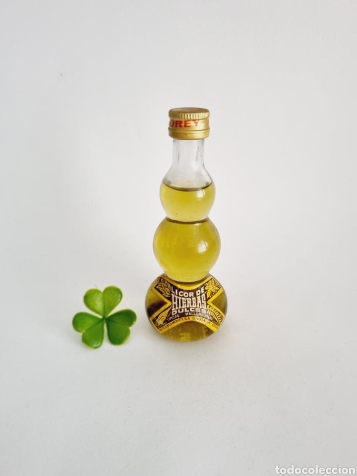 BOTELLITA LICOR DE HIERBAS DULCES MOREY 12.1CM VIDRIO BOTELLIN (Coleccionismo - Botellas y Bebidas - Vinos, Licores y Aguardientes)