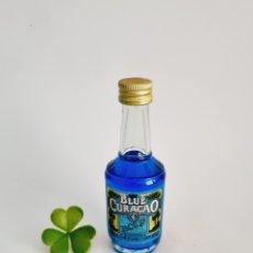 Coleccionismo de vinos y licores: BOTELLITA BLUE CURACAO 10.8CM VIDRIO BOTELLIN. Lote 278205173