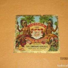 Vitolas de colección: HABILITACIÓN PAPELETA TABACOS ISLAS CANARIAS VICTORIA DE LUIS ZAMORANO LITOGRAFIADA, COPADA Y DORADA. Lote 208874578