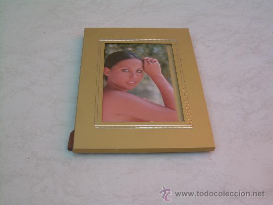 MARCO PARA FOTO - METAL DORADO - 20 X 26 CM. - DORSO DE MADERA - PARA FOTOS DE 13 X 18 CM.