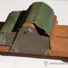 Coleccionismo: MAQUINA ANTIGUA DE LIAR TABACO DE RODILLO. Lote 33278875