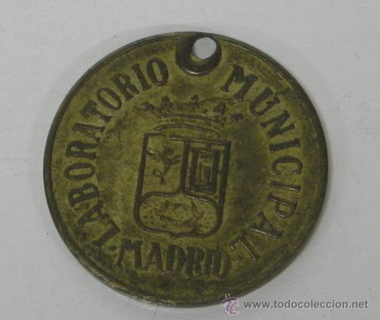 CHAPA LABORATORIO MUNICIPAL DE MADRID, 1945, PERROS N. 958, VACUNACIÓN, EN LATÓN, AYUNTAMIENTO DE MA (Coleccionismo - Varios)