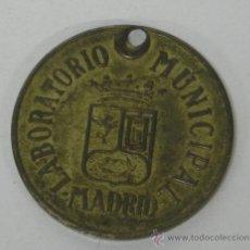 Coleccionismo: CHAPA LABORATORIO MUNICIPAL DE MADRID, 1945, PERROS N. 958, VACUNACIÓN, EN LATÓN, AYUNTAMIENTO DE MA. Lote 34933659