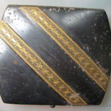 Coleccionismo: PITILLERA METALICA PAVONADA CON DAMASQUINADO EN ORO. TOLEDO. PRINCIPIOS SIGLO XX. 8,5 X 7,3 CM. Lote 37442698