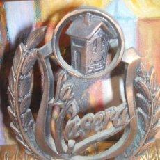 Coleccionismo: ESCUDO METALICO DE LA CASERA EN BASE DE MARMOL. Lote 38459772