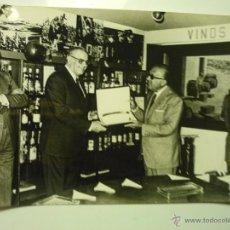 Coleccionismo: FOTOGRAFIA DE PRENSA.-DE 1975 HOMENAJE AL LOCUTOR Y DIRECTOR DE NO-DO MATIAS PRATS EN CORDOBA. Lote 41461881