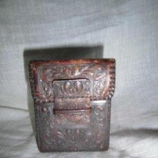 Coleccionismo: ANTIGUA PITILLERA DE CUERO REPUJADO . Lote 42001511