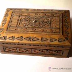 Coleccionismo: CAJA TABAQUERA DE MADERA TRABAJADA AÑOS 60-70. Lote 42291224