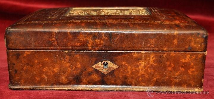 Coleccionismo: BONITA CAJA TABAQUERA FORRADA EN CUERO DE LOS AÑOS 50-60 - Foto 5 - 43225159