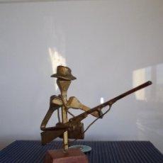 Coleccionismo: DIVERTIDA PEQUEÑA FIGURA MUÑECO CAZADOR ESCOPETA METAL RECICLADO CLAVOS ESCULTURA CAZA COLECCION. Lote 46997805