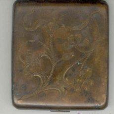 Coleccionismo: ANTIGUA PITILLERA DE LATON AÑOS 30-40 MIDE 8 X 8 CMS. Lote 47171121