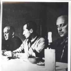 Coleccionismo: FOTOGRAFIA DE JOSÉ ANTONIO, FDEZ. CUESTA Y RUIZ DE ALDA EN LA CÁRCEL. AÑOS 60. BRILLO. FALANGE. Lote 104865908