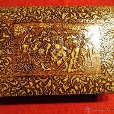 Coleccionismo: ANTIGUA CIGARRERA FORRADA EN PIEL REPUJADA CON MOTIVOS DEL QUIJOTE. Lote 47915886