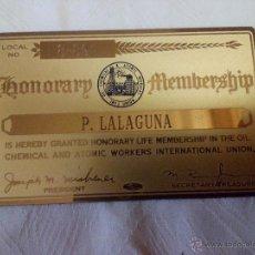 Coleccionismo: TARJETA METÁLICA DORADA MIEMBRO HONORARIO OIL CHEMICAL & ATOMIC WORKERS INTERNACIONAL UNION. AÑOS 40. Lote 49025465