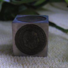 Coleccionismo: CURIOSO DADO REALIZADO A MANO EN METAL CON MONEDAS DE PESETA DE FRANCO Y DEL REY. Lote 52296419