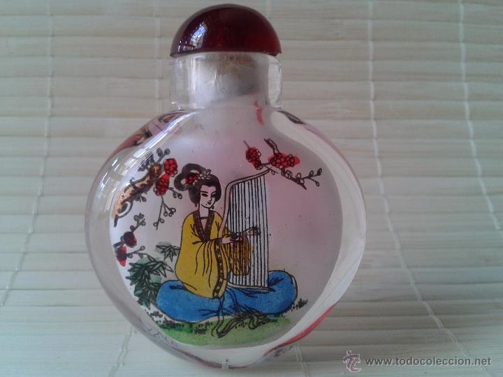 Coleccionismo: Snuff bottle de cristal pintada a mano por dentro. Dos imágenes músicos. Importada de China - Foto 2 - 52500358