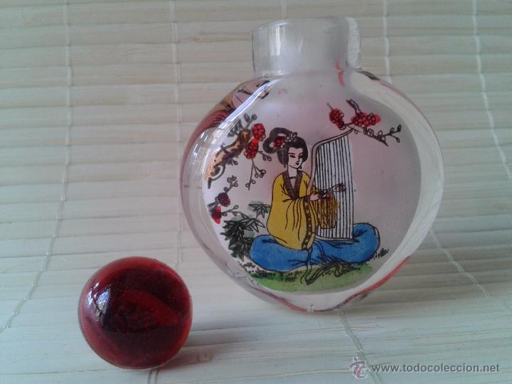 Coleccionismo: Snuff bottle de cristal pintada a mano por dentro. Dos imágenes músicos. Importada de China - Foto 3 - 52500358