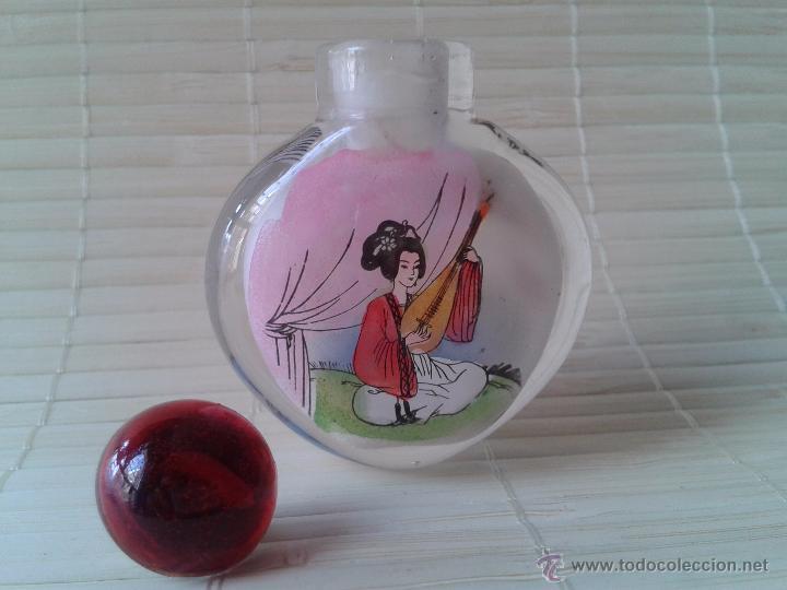 Coleccionismo: Snuff bottle de cristal pintada a mano por dentro. Dos imágenes músicos. Importada de China - Foto 6 - 52500358