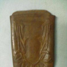 Coleccionismo: CARTERA MODERNISTA PETACA CUERO TRABAJADO PARA TABACO. Lote 53525345