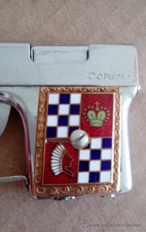 Coleccionismo: PRECIOSO MECHERO PISTOLA METÁLICO MARCA CORONA AÑOS 50 FUNCIONA CON GASOLINA. - Foto 3 - 54460894
