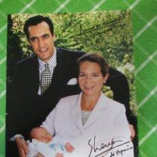 Coleccionismo: FOTO LAMINA - INFANTA ELENA Y JAIME DE MARICHALAR CON SU HIJO FIRMADA AUTOGRAFO - COPIA REPRODUCCIÓN. Lote 56801320
