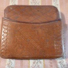 Coleccionismo: PITILLERA CIGARREOA DE CUERO REPUJADO. Lote 57225916