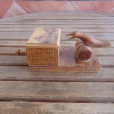 Coleccionismo: CIGARRERA EN MADERA TALLADA DECORACION DE PAJARO PAJARITO FUNCIONA. Lote 188445605