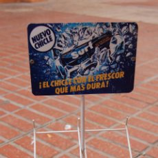 Coleccionismo: EXPOSITOR CHICLES SURF AÑOS 80 CARTEL DE CHAPA. Lote 59077500