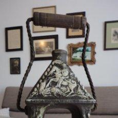 Coleccionismo: ANTIGUA BOTELLA DE CERAMICA EN FORMA DE FAROL.MARCA EN LA BASE.SIGLO XX.. Lote 60278227