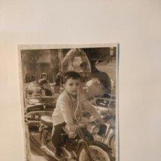 Coleccionismo: FOTO ANTIGUA NIÑO CON MOTO,ALICANTE. Lote 71474515