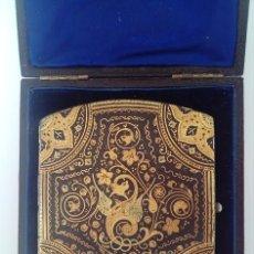 Coleccionismo: PITILLERA CON PRECIOSO TRABAJO DAMASQUINADO EN SU ESTUCHE ORIGINAL. Lote 72325083