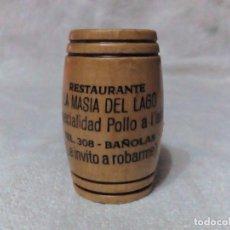 Coleccionismo: PALILLERO DE MADERA BARRIL CON PUBLICIDAD DEL RESTAURANTE LA MASIA DEL LAGO BAÑOLAS. Lote 73594219