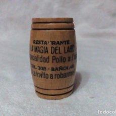 Coleccionismo: PALILLERO DE MADERA BARRIL CON PUBLICIDAD DEL RESTAURANTE LA MASIA DEL LAGO BAÑOLAS. Lote 73594319