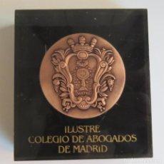 Coleccionismo: ESCUDO DEL ILUSTRE COLEGIO DE ABOGADOS DE MADRID - BRONCE EN METACRILATO, PISAPAPELES. Lote 73724403