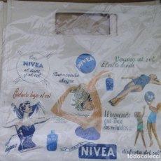 Coleccionismo: ANTIGUA BOLSA ESTILO RETRO CON PUBLICIDAD DE NIVEA, PARA VER LAS MEDIDAS MIRA LAS FOTOS. Lote 75198803