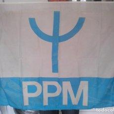 Coleccionismo: BANDERA DEL PARTIDO POPULAR MONÁRQUICO (PPM) - PORTUGAL 1975 - TELA DE FORRO LAVABLE. Lote 75975679