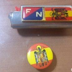 Coleccionismo: LOTE FUNDA DE MECHERO Y CHAPA DE FUERZA NUEVA Y BANDERA ESPAÑA. Lote 87039476