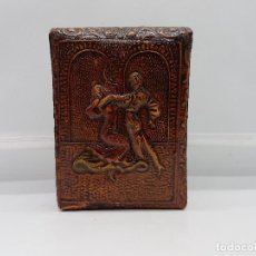 Coleccionismo: ANTIGUA PITILLERA EN PIEL REPUJADA CON MOTIVOS DE SEVILLANAS PARA GURADAR PAQUETE DE TABACO.. Lote 106899507
